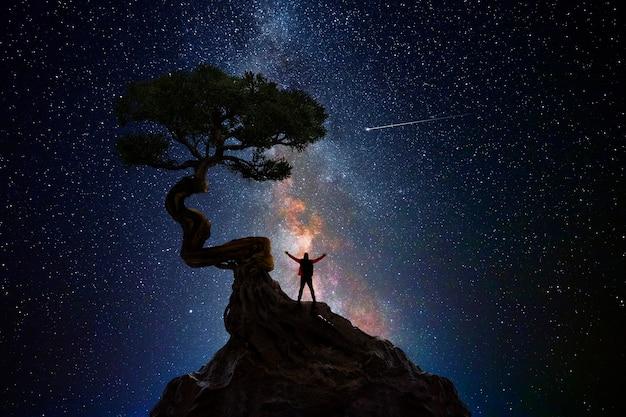 Человек медитирует со вселенной