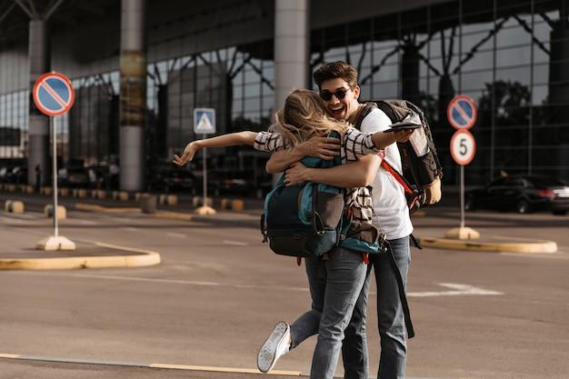 Мужчина встречает свою девушку в аэропорту