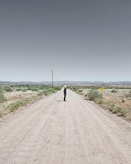 Un uomo in mezzo alla strada