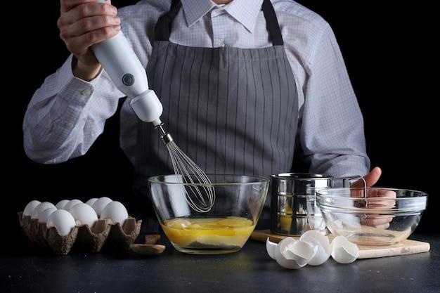 과자 요리 그릇에 계란을 혼합하는 남자