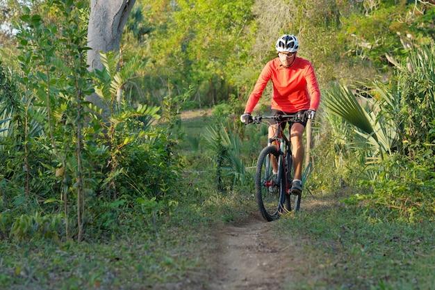 ドミニカ共和国でのマウンテンバイクの男。