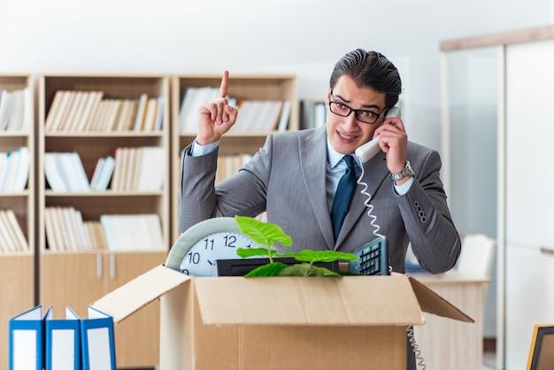 Человек движется офис с коробкой и его вещи