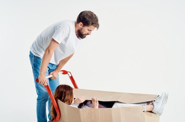 Человек рядом с женщиной, делающей покупки дружбы светлом фоне