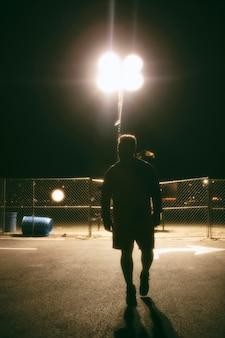 Uomo di notte per le strade della città