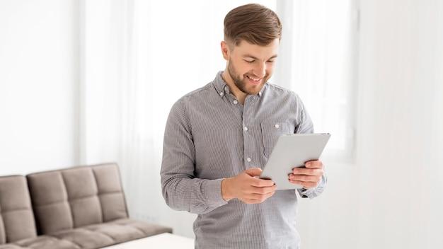 Человек проверяет планшет