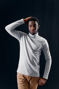 그의 머리 패션 스튜디오를 들고 회색 스웨터에 아프리카 외관의 남자
