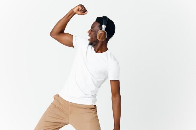 ハンドミュージックエンターテインメントで身振りで示すヘッドフォンでアフリカの外観の男