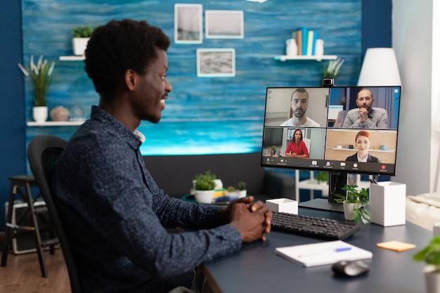 会議のウェブカメラ通信を使用してアフリカの民族の男