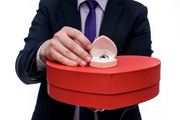 남자 반지와 붉은 마음으로 선물 상자를 제공