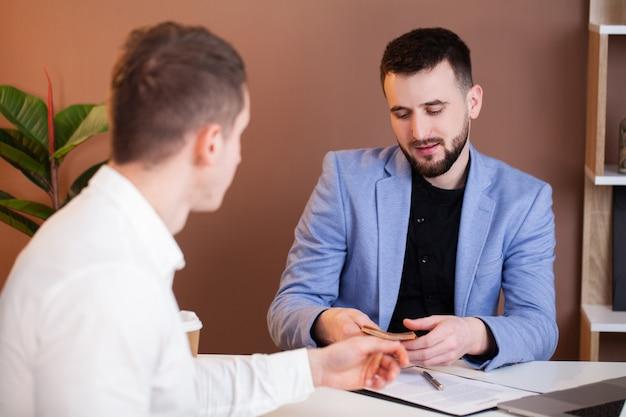 Мужчина предлагает подкупить сотрудника компании
