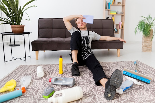 家の掃除から休憩中の男