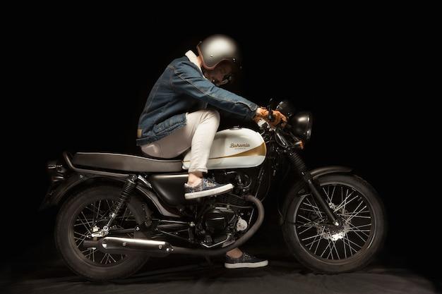 카페 레이서 스타일 오토바이에 남자