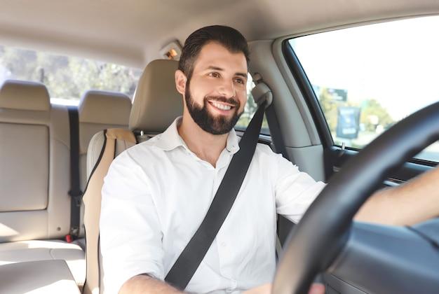 Человек на водительском сиденье автомобиля