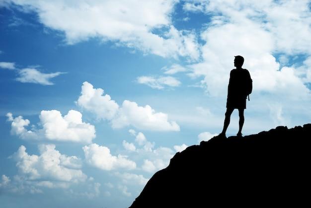 산의 가장자리에 남자입니다. 여행 생활.