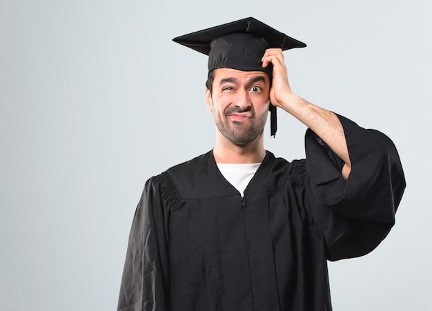 Человек в свой университетский день с выражением разочарования и не понимает