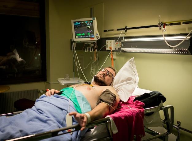 回復のための病院のベッドの上の男