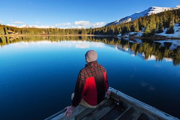 Человек на озере горы