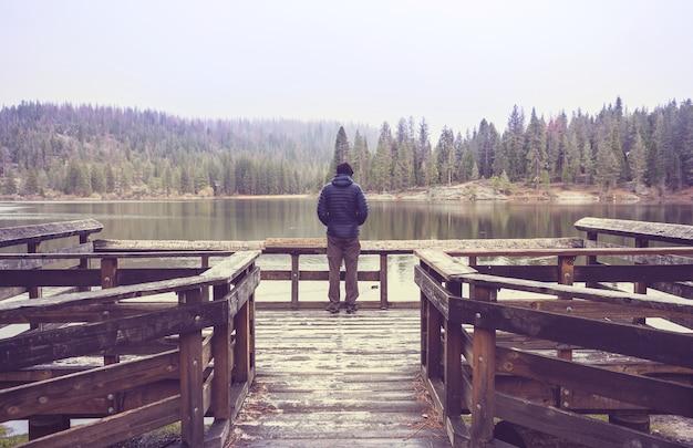 Человек на озере горы Premium Фотографии