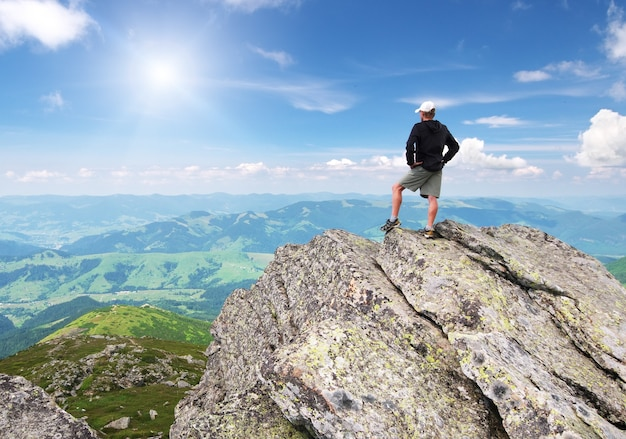 Человек на пике горы.