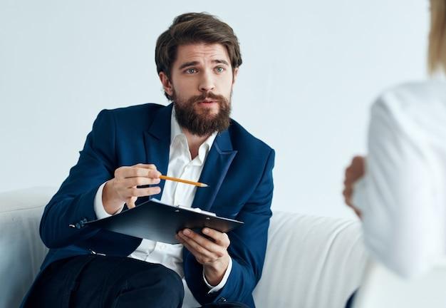 소파와 여자 비즈니스 금융 직원 커뮤니케이션 모델 작업에 남자