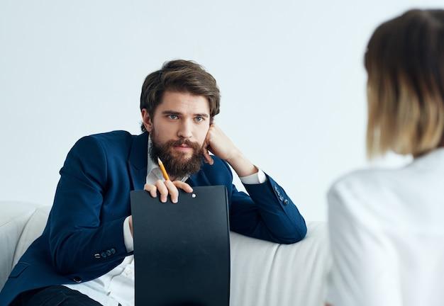 소파와 여자 비즈니스 금융 직원 커뮤니케이션에 남자