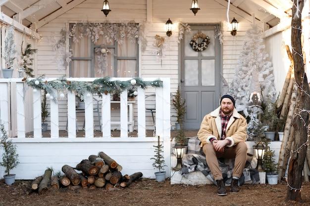 겨울에 집 현관에 남자