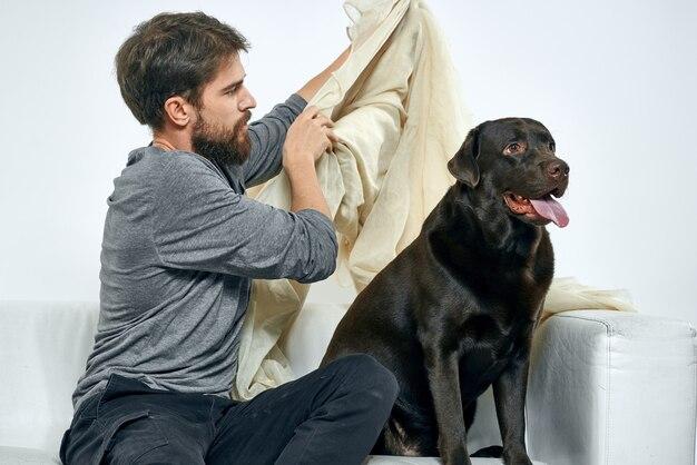 Человек на диване со своей собакой