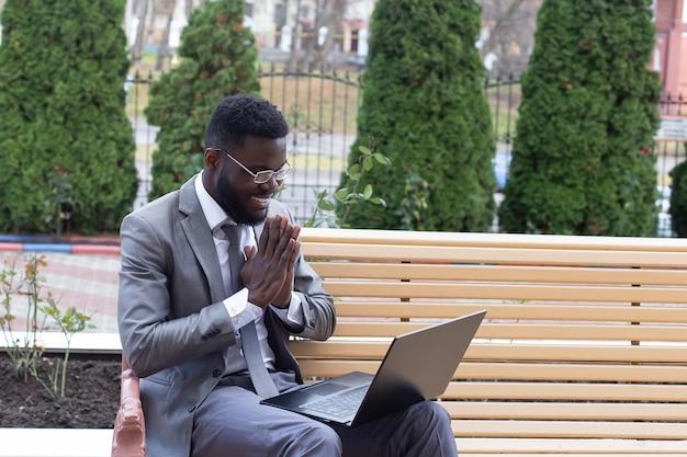 Человек на улице с ноутбуком, фриланс