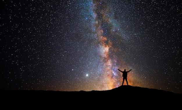 Человек на вершине горы, наблюдая вселенную