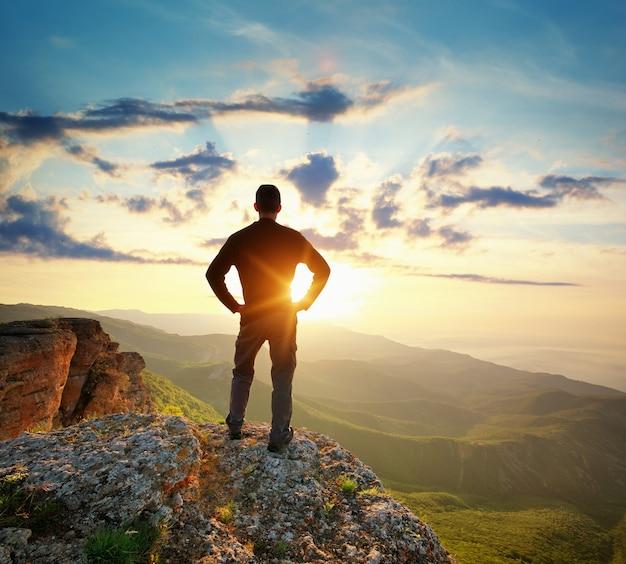 Человек на вершине горы. концептуальная сцена.