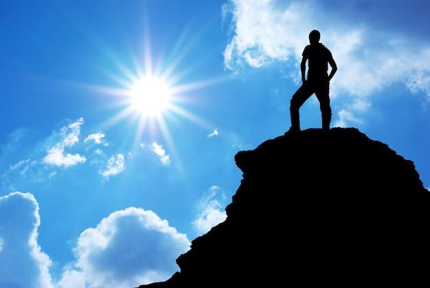Человек на вершине горы. элемент дизайна.