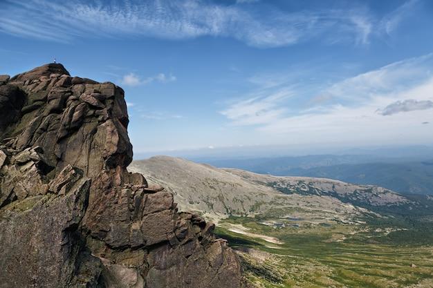 山の頂上の男。風景。
