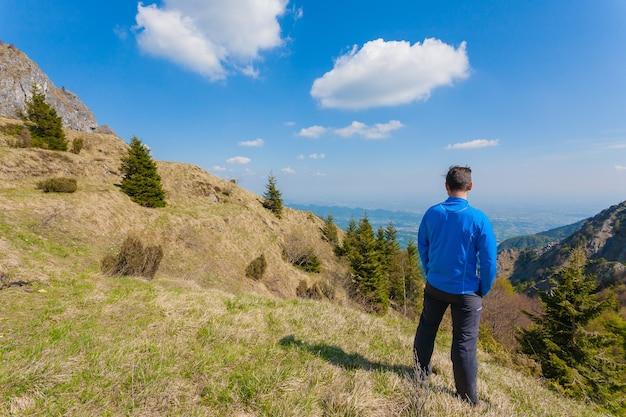 Человек на вершине горы, глядя на горизонт. панорама гор