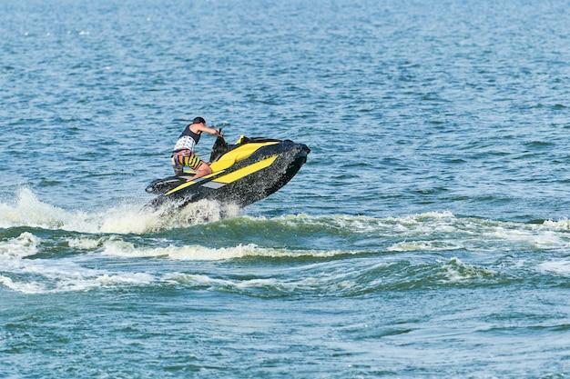 Человек на водном скутере