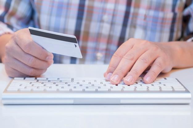 Человек онлайн-покупки и оплаты кредитной картой