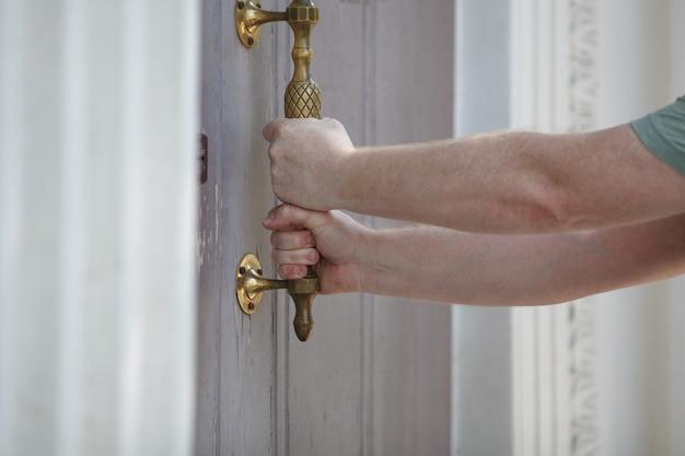 男は、水平方向の写真、ドアを開けます。