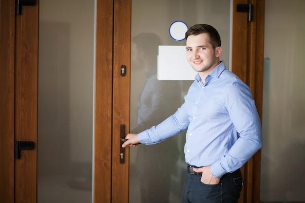 Мужчина открывает дверь своего офиса