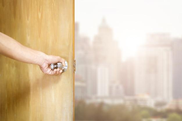 ドアを開ける男