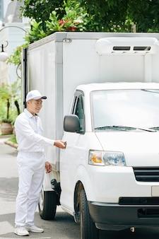 Мужчина открывает дверь фургона