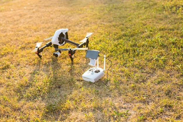 自然の中でリモートコントロールによるドローンの飛行またはホバリングを操作する