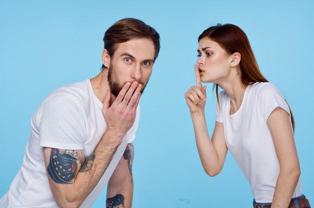 Мужчина или женщина в белых футболках весело модной дружбы. фото высокого качества