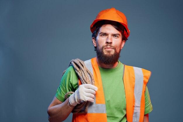 Человек оранжевый шлем на голове профессиональные эмоции