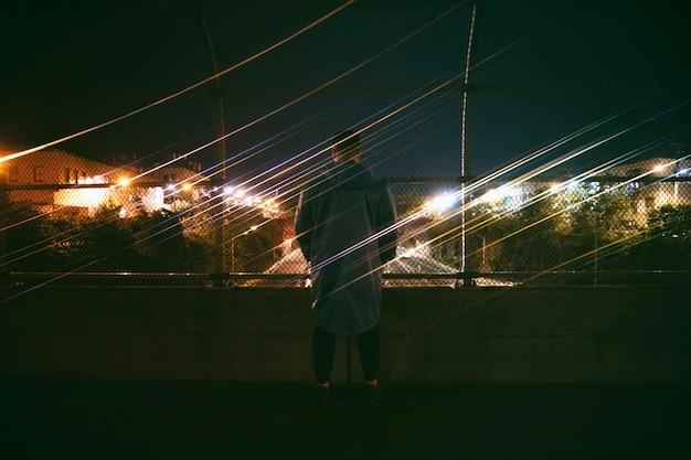 밤에 도시에서 야외에서 남자