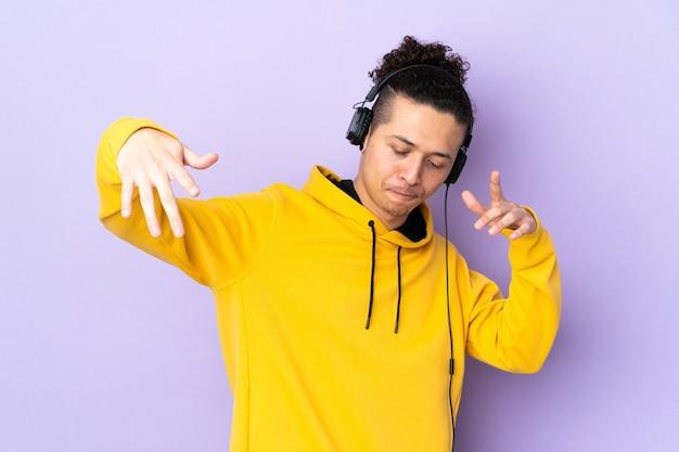 孤立した紫色の音楽を聴いて踊る男
