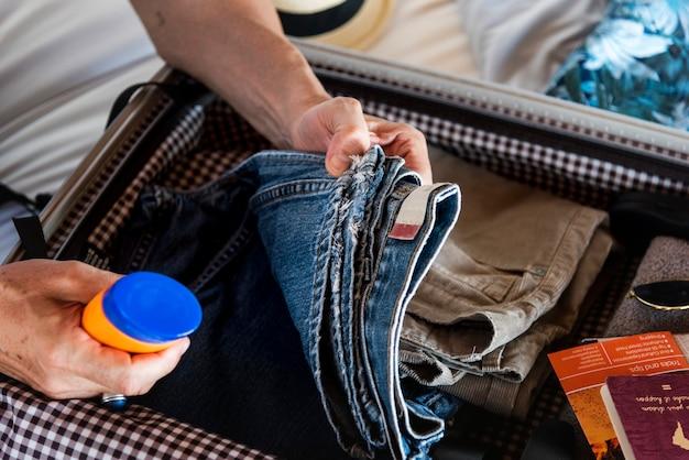 Человек пакует чемодан на праздник