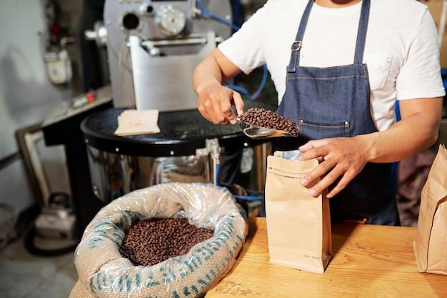 Человек, упаковывающий кофе
