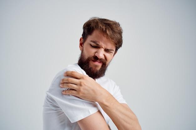 Человек боль в шее проблемы со здоровьем массаж терапия изолированный фон