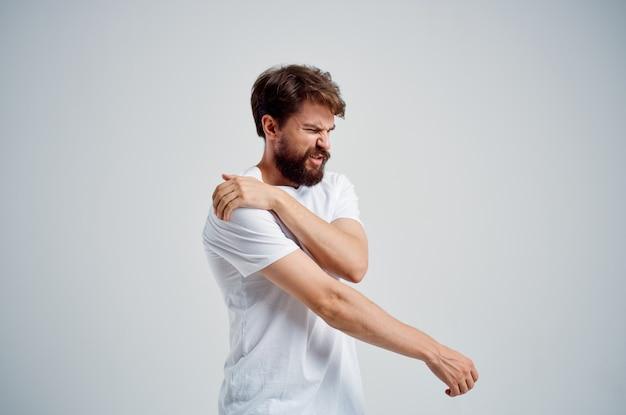 首の健康問題の男の痛みマッサージ療法孤立した背景