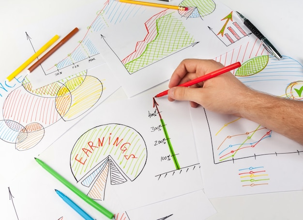 ホワイトペーパーにビジネス図を描く男