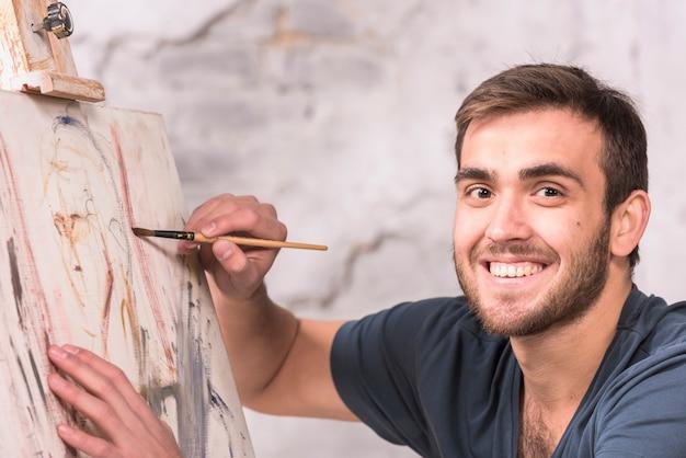 Человек рисует дома